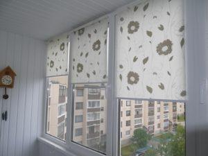 Установка рулонных штор на пластиковые окна в Пскове